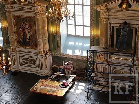 В Благовещенском соборе Казанского кремля установили рукописные иконы