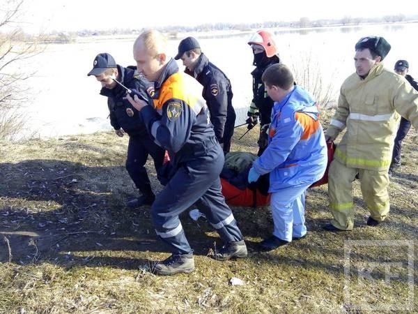 На Казанке вытащили из воды провалившегося под лед рыбака