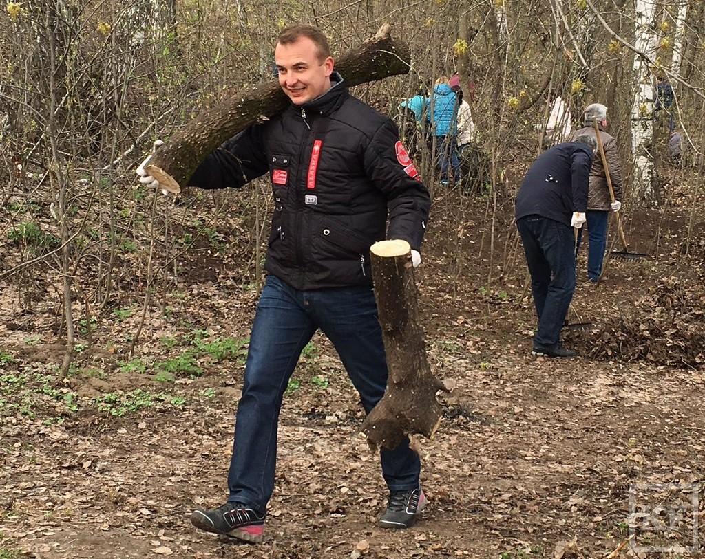 Мэр Казани помогает очищать от мусора берег Казанки