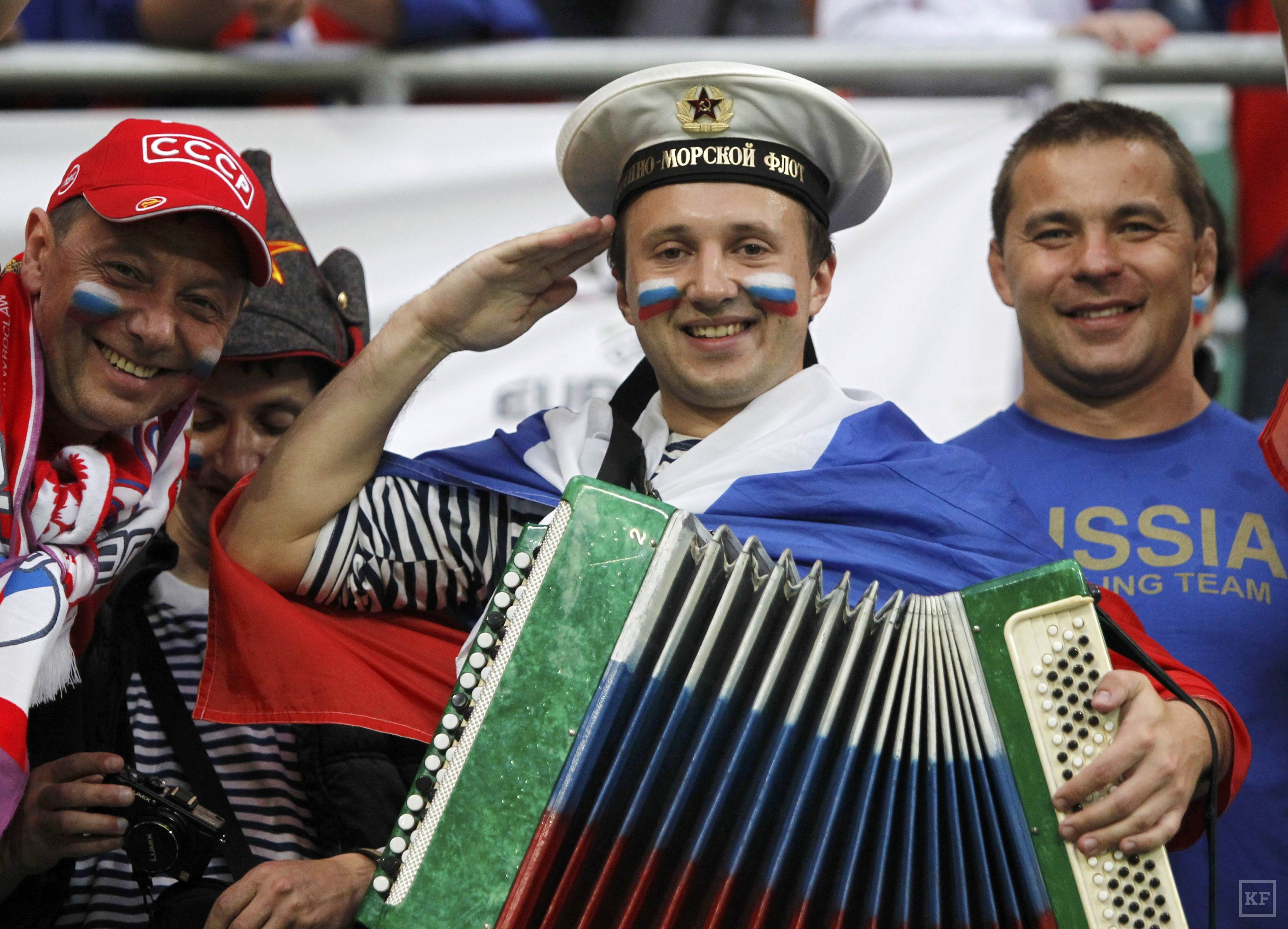 Fans of Russia cheer before the start of their Group A Euro 2012 soccer match against Czech Republic at the city stadium in Wroclaw June 8, 2012.   REUTERS/Kacper Pempel (POLAND  - Tags: SPORT SOCCER)