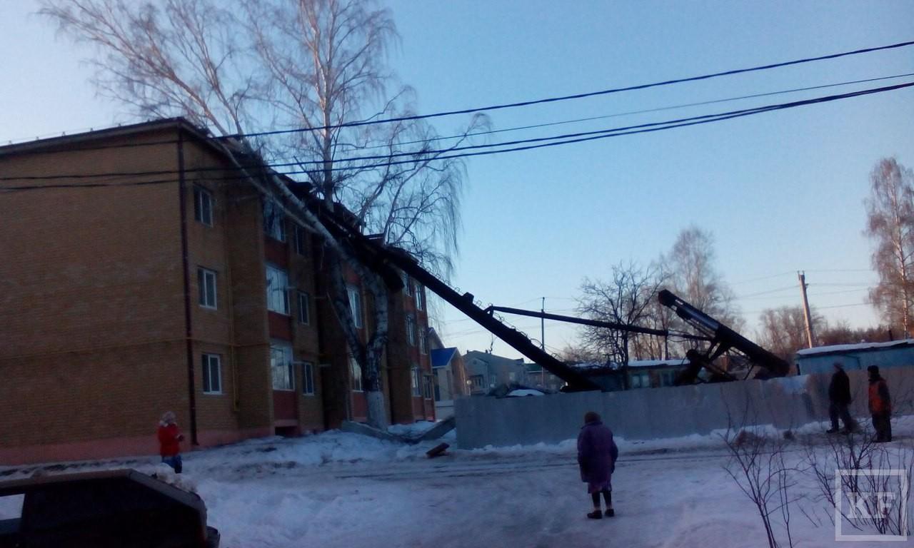 МЧС: в Татарстане на жилой дом упал копер для забивания свай