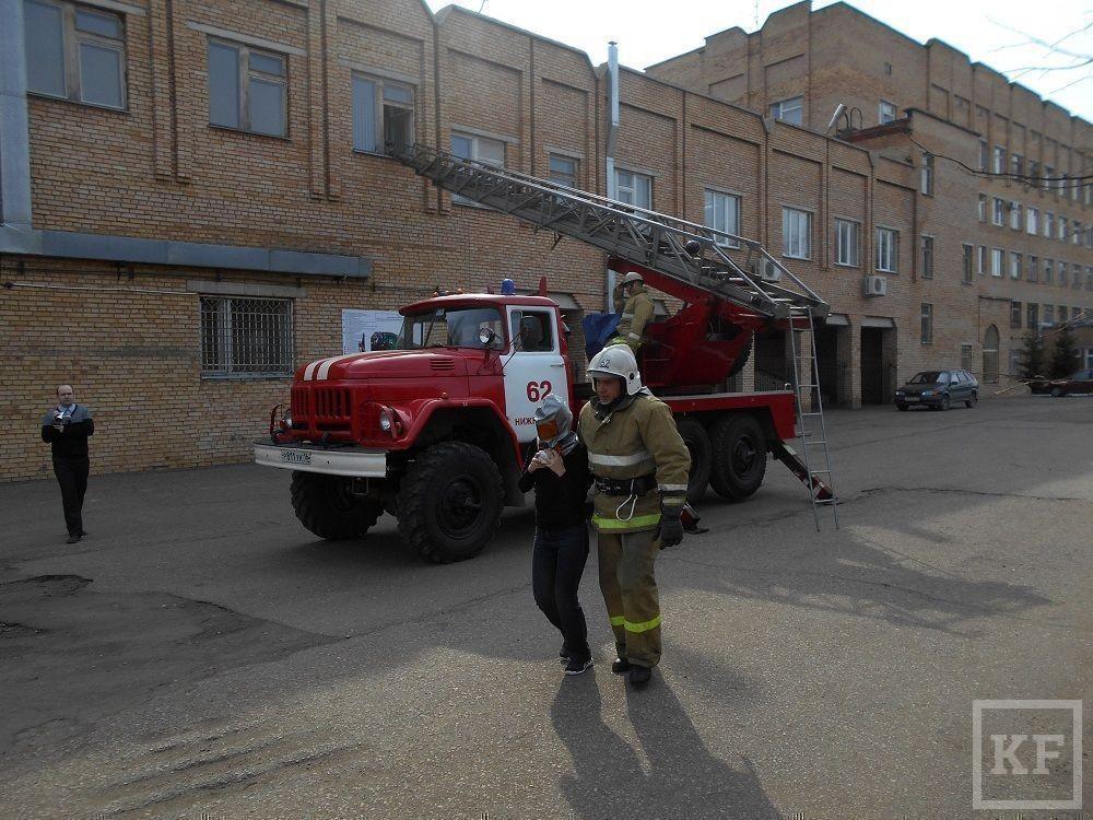 Пожарные Нижнекамска эвакуировали людей из здания управления здравоохранения
