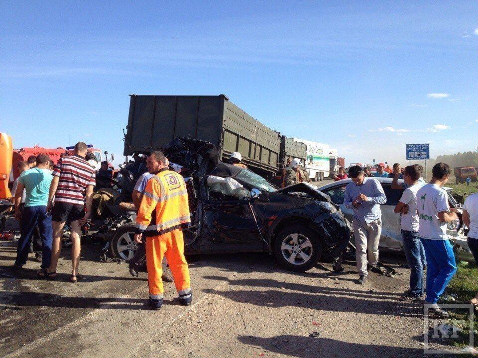 В аварии под Казанью под «Камаз» попало сразу несколько автомобилей