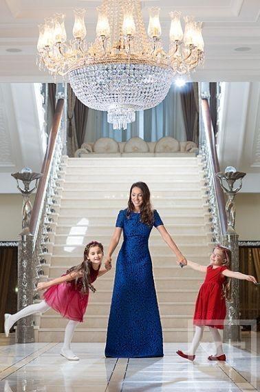 Алсу снялась в новогодней фотосессии со своими дочерьми