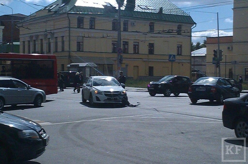 В Казани на перекрестке Чернышевского и Московской столкнулись две иномарки [фото]