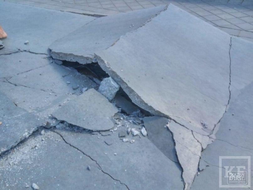 На Кремлевской набережной в Казани от жары лопнула бетонная дорожка