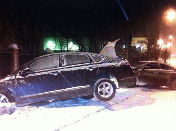 На улице Первого мая в Казани две машины повисли на сугробе