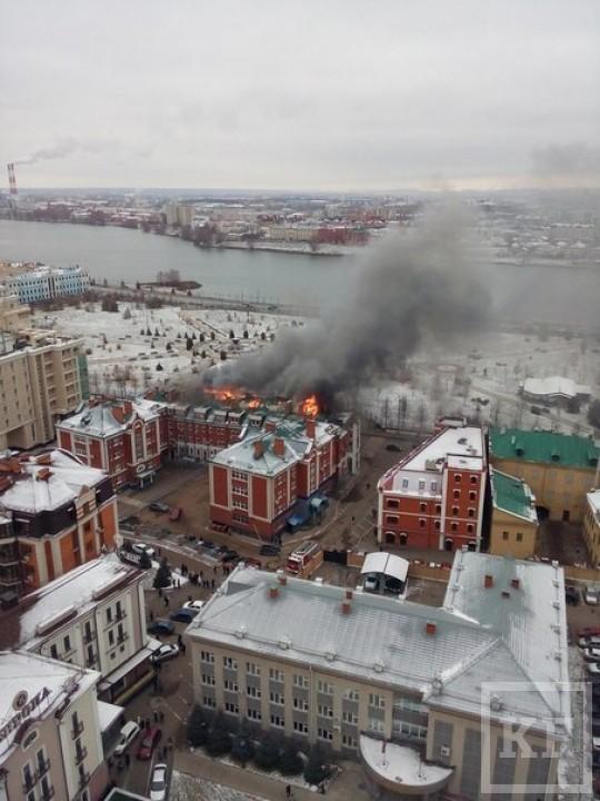 В центре Казани около трех часов тушили офисное здание: из горящего помещения спасатели вывели мужчину