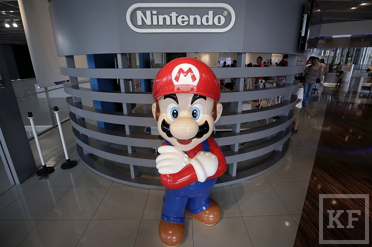 epa05443304 A statue of Nintendo Co.'s video game character Super Mario stands at the company's showroom in Tokyo, Japan, 27 July 2016. Nintendo Co. reported a fiscal first quarter loss of 24.53 billion yen (232.1 million US dollars) in spite of the global success of the Pokemon Go game, which the company holds a 32 percent stake in Pokemon Co. who jointly developed the augmented-reality game with Niantic Inc.  EPA/KIYOSHI OTA