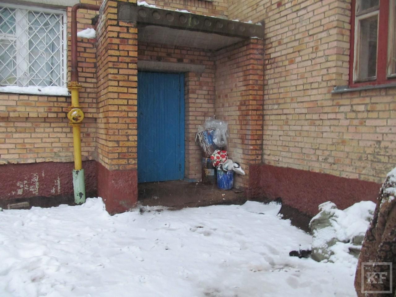 В Нижнекамске девушка ударила ножом знакомого и выпрыгнула из окна девятого этажа