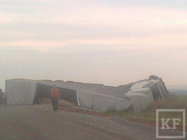 В Татарстане произошла авария с участием фуры и иномарки [фото]