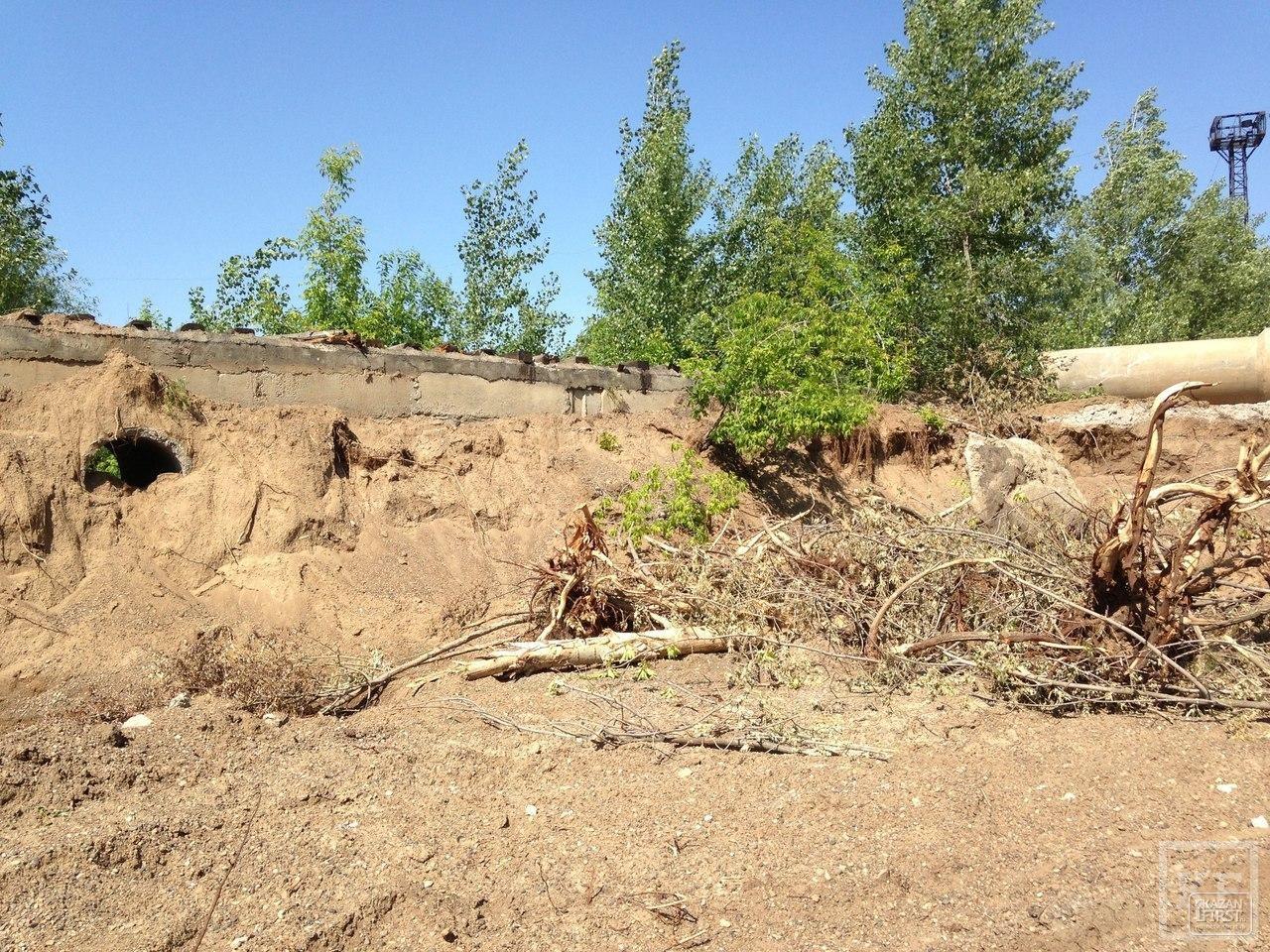 На грани экологической катастрофы: в Победилово неизвестные разрушали дамбу и коммуникации «Водоканала»