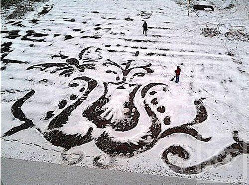 В Ижевске дворник рисует картины на асфальте запорошенном снегом