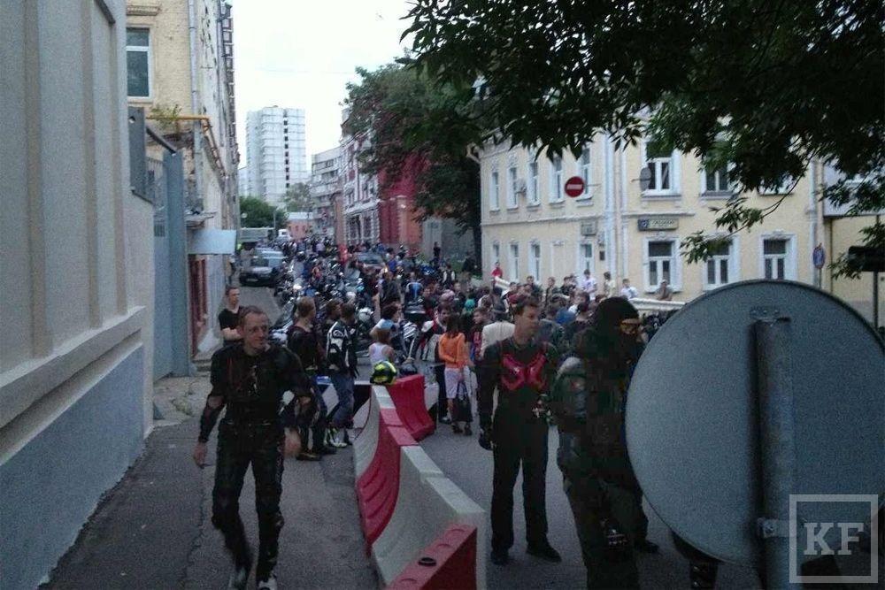 300 байкеров осадили отделение полиции, требуя наказать дагестанцев, избивших мотоциклиста [фото+видео]