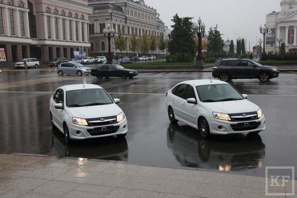 Глава «Автоваза» вручил Рустаму Минниханову ключи от двух Lada Granta