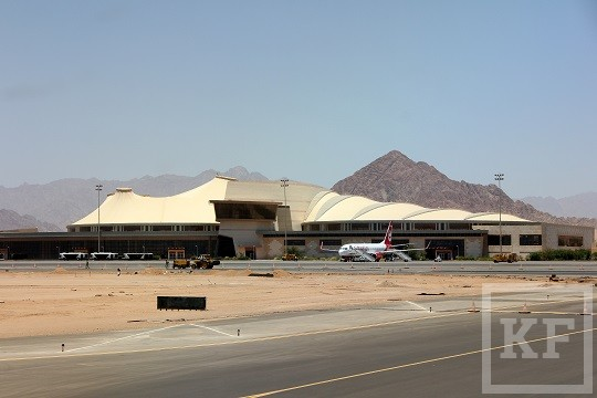 World___Egypt_Airport_on_a_background_of_mountains_in_the_resort_of_Sharm_el_Sheikh__Egypt_066403_