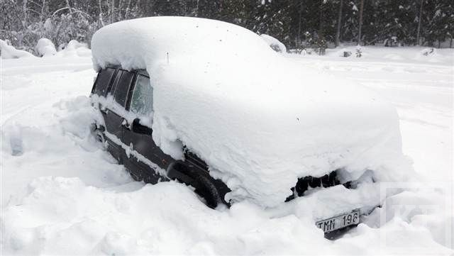 Как правильно чистить от снега свою машину?