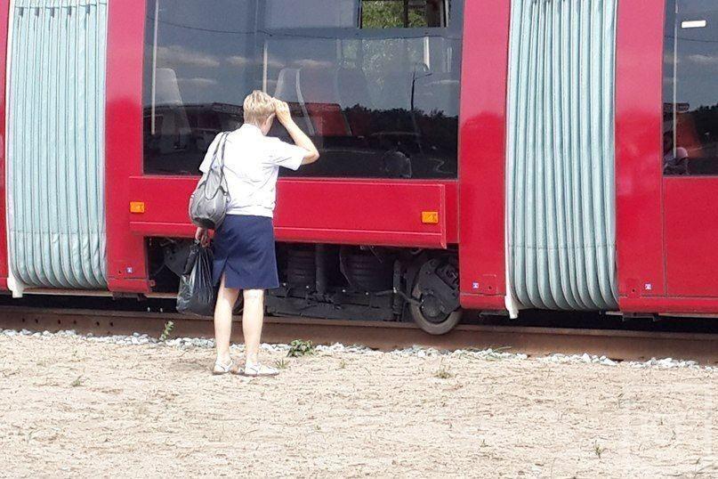 На проспекте Победы сошел с рельсов новый трехсекционный трамвай [фото]