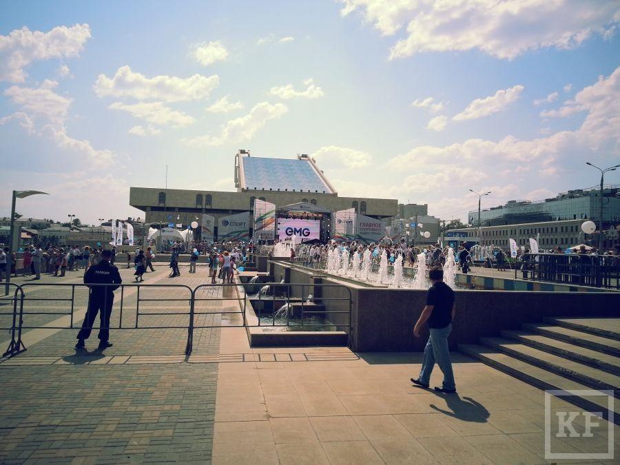 Перед театром Камала начался концерт с участием Билана и Салавата [фото]