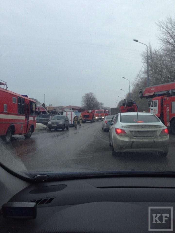 В Казани горят крыши двух павильонов рядом с рынком «Родина»