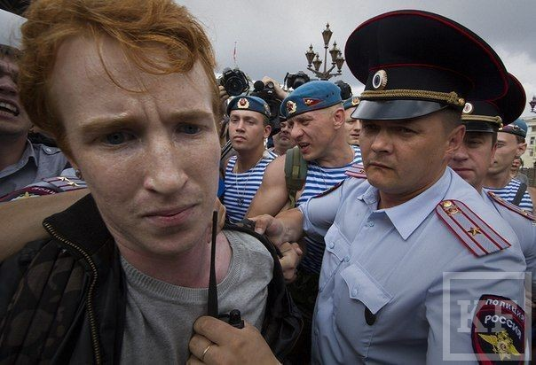 Акция гей-активиста привела к драке между десантниками и бойцами ОМОНа [фото]