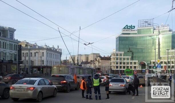 Масштабную пробку в центре Казани спровоцировали оборвавшиеся напротив ТЦ «Кольцо» троллейбусные провода