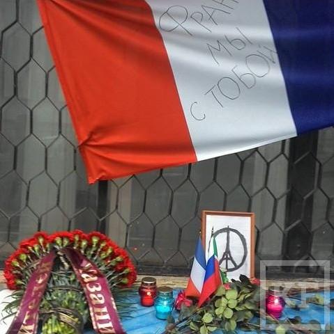 Казанцы приносят цветы и свечи к центру «Альянс Франсез» в память о погибших в серии терактов в Париже