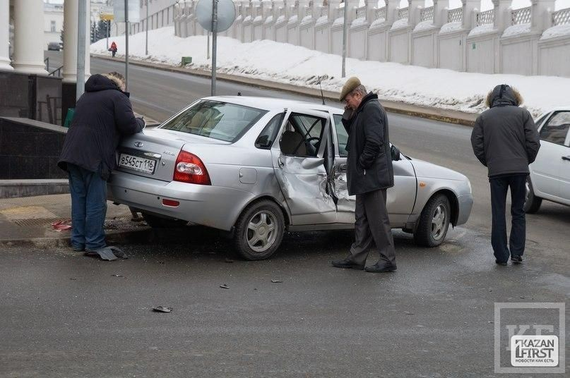 В центре Казани на перекрестке столкнулись «Газель» и «Приора»