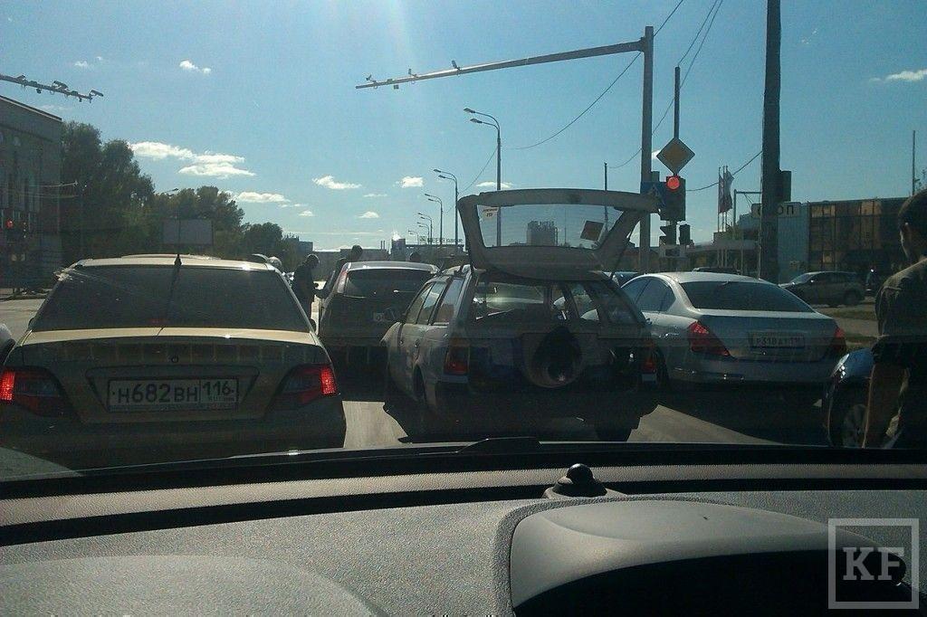 В Казани на перекрестке улиц Хади Такташа и Эсперанто столкнулись три автомобиля [фото]
