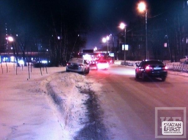 Сегодня ночью в Казани на улице Ибрагимова БМВ столкнулось с такси