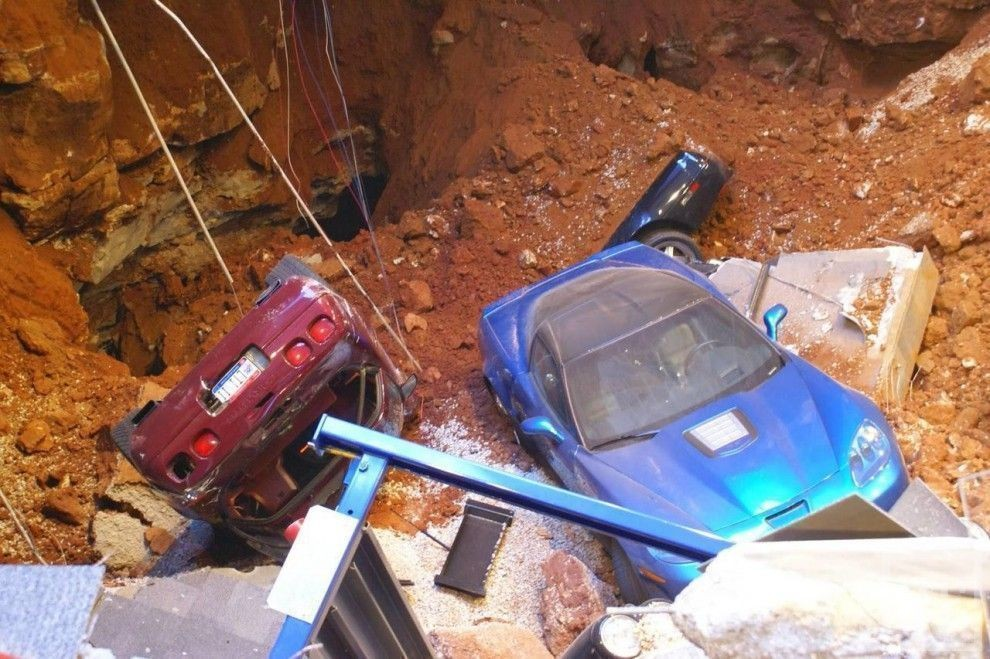 В музее Chevrolet Corvette рухнуло межэтажное перекрытие: восемь редких автомобилей провалились под пол