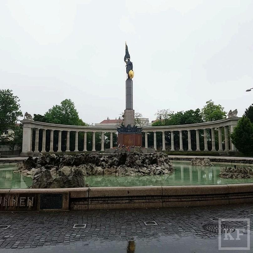 Минниханов почтил память советских солдат, возложив цветы у монумента в Вене