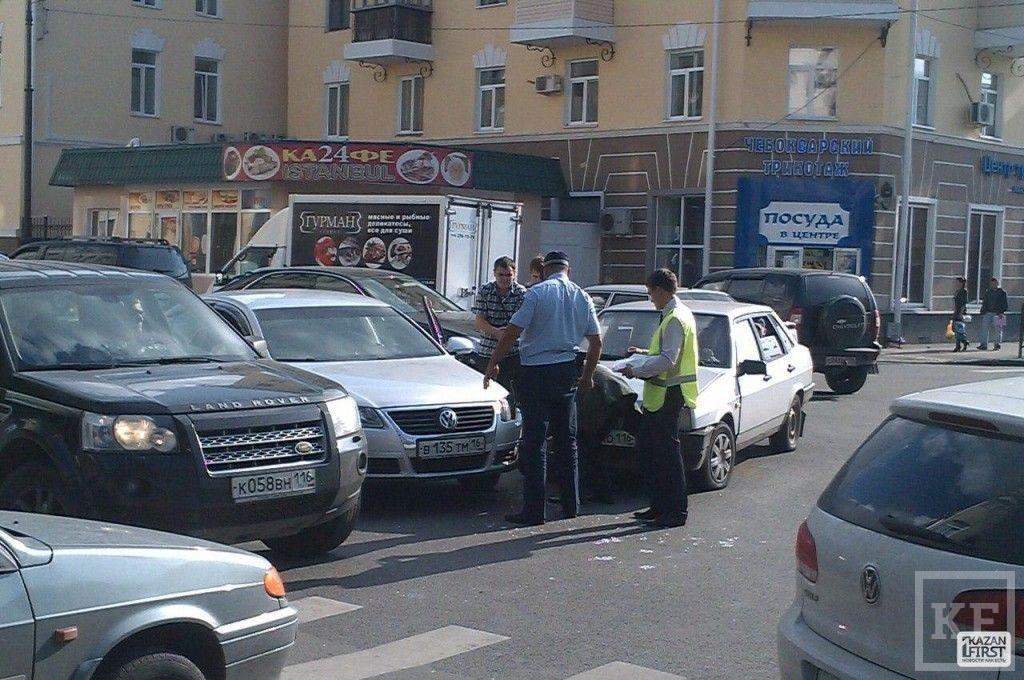 В Казани столкнулись Volkswagen Passat и Лада 99-й модели [фото]