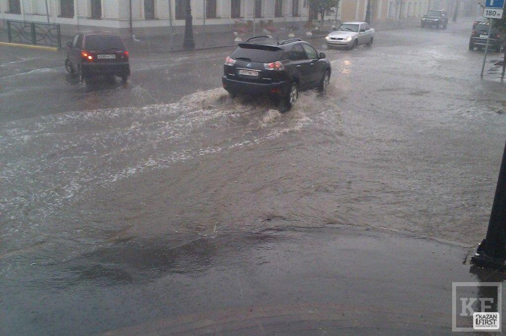 Из-за прошедшего дождя затопило улицу Астрономическая [фото+видео]