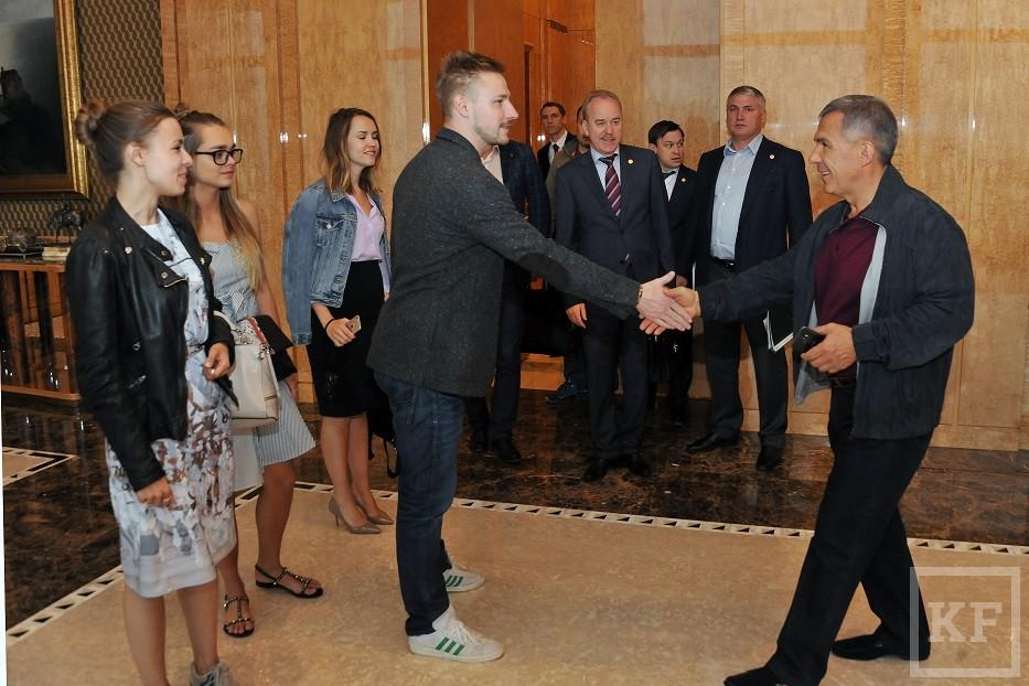 Участники НеФорума блогеров устроили флешмоб в кабинете президента Татарстана Минниханова