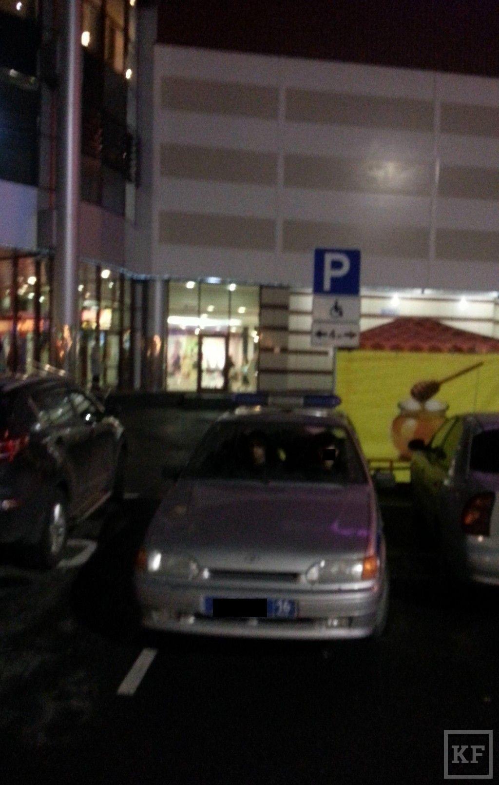 В Казани привлечен к ответственности сотрудник полиции, припарковавший служебную машину на стоянке для инвалидов