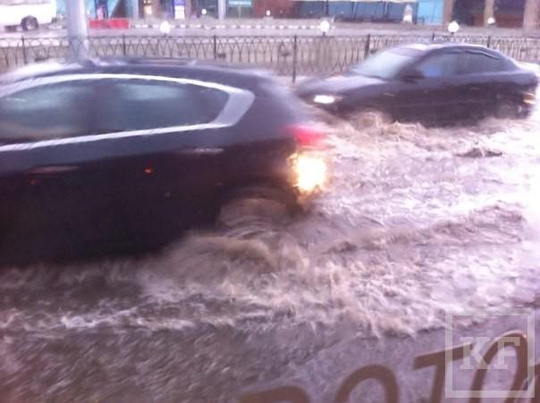 Последствия урагана в Казани: сорванные кровли, поваленные ветром деревья и рекламные щиты