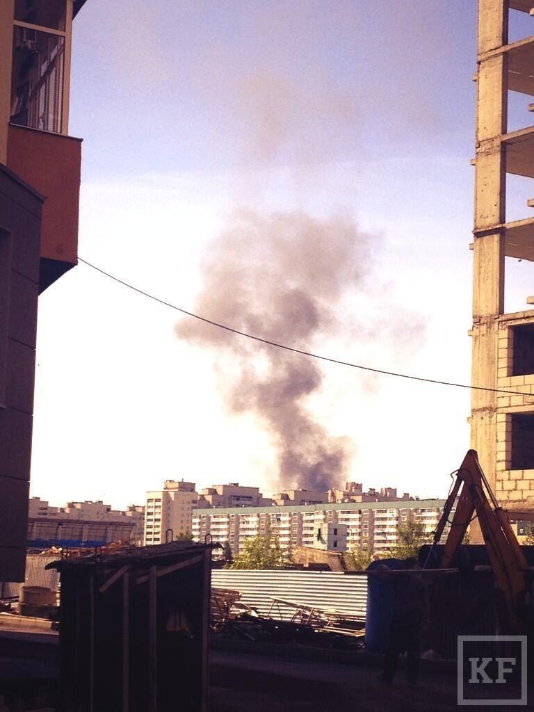 На улице Дементьева горит трамвайный парк