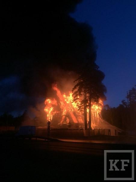 В Казани сгорел известный ресторан «Нарат» на Лебяжьем озере