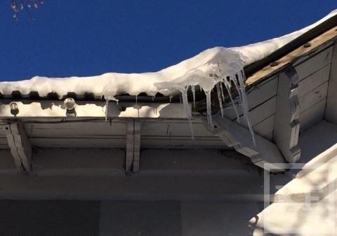 Жители Лениногорска жалуются на сосульки, свисающие с крыш домов