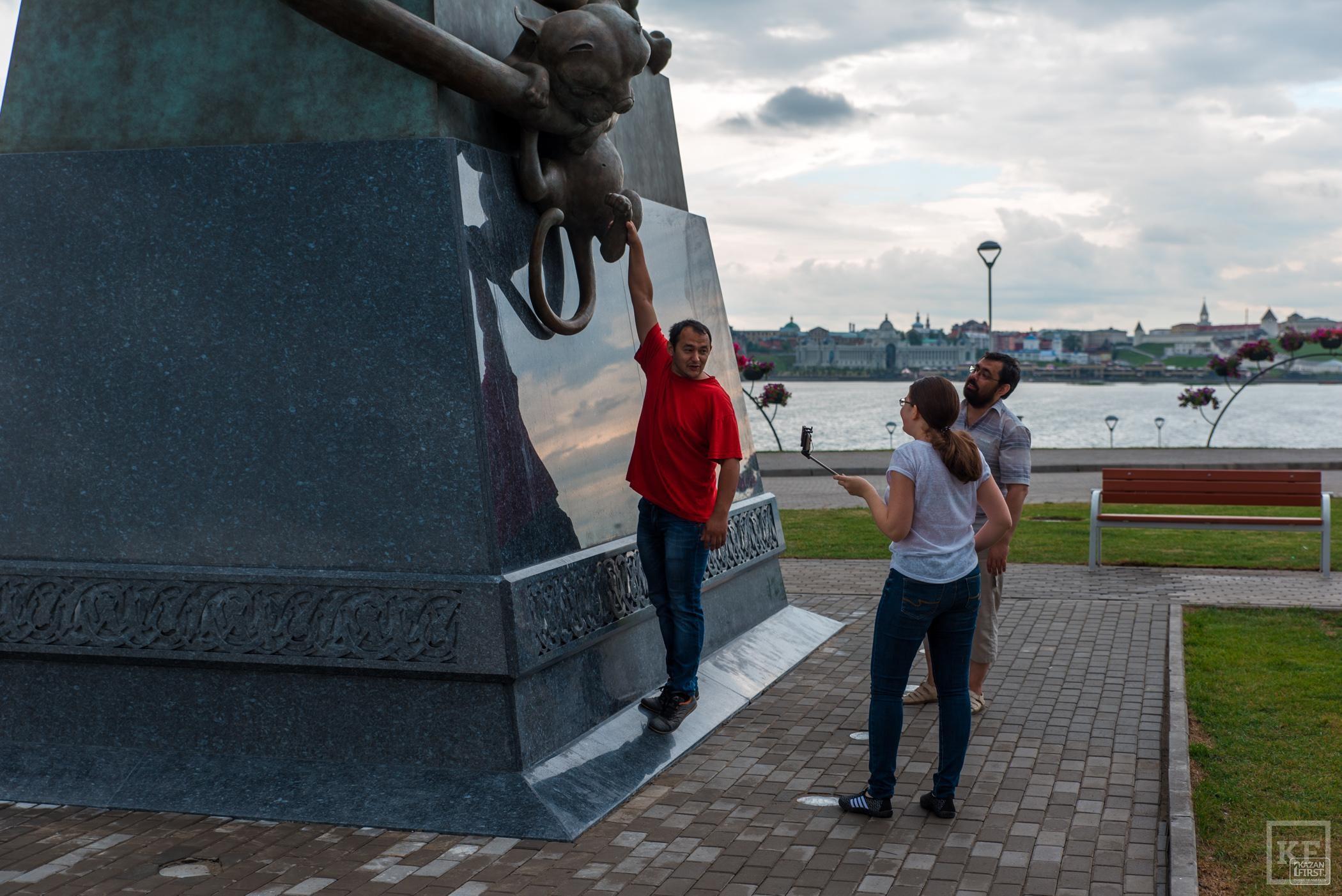 Открытие скульптурной композиции «Он и Она» у центра семьи «Казан»