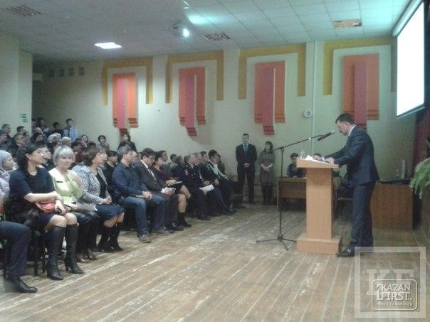 Депутаты Казгордумы продолжают игнорировать встречи с избирателями. Рафаэль Кантюков послал вместо себя отчитываться чиновника городской администрации