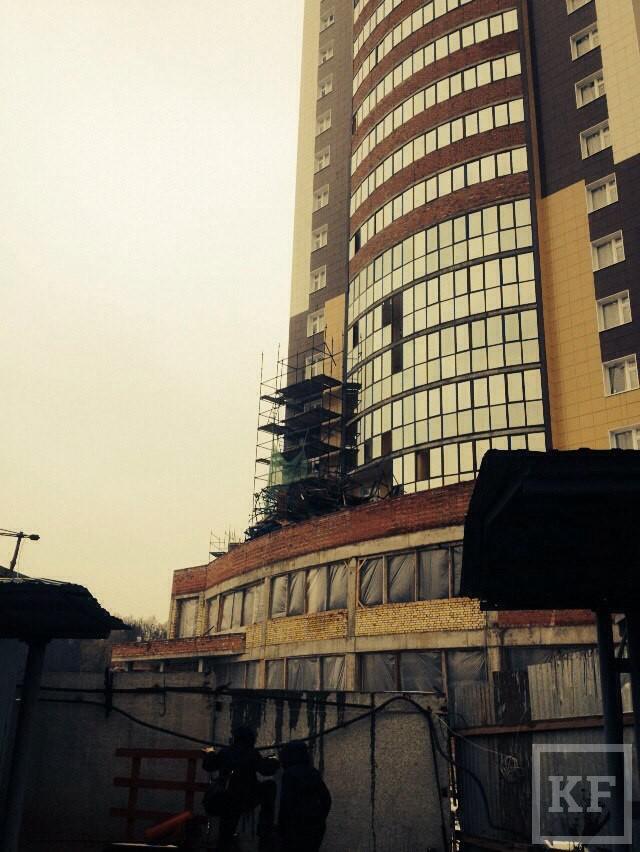 СКР: «Когда строительные леса обвалились, рабочий находился на 7-м этаже. Он скончался на месте»