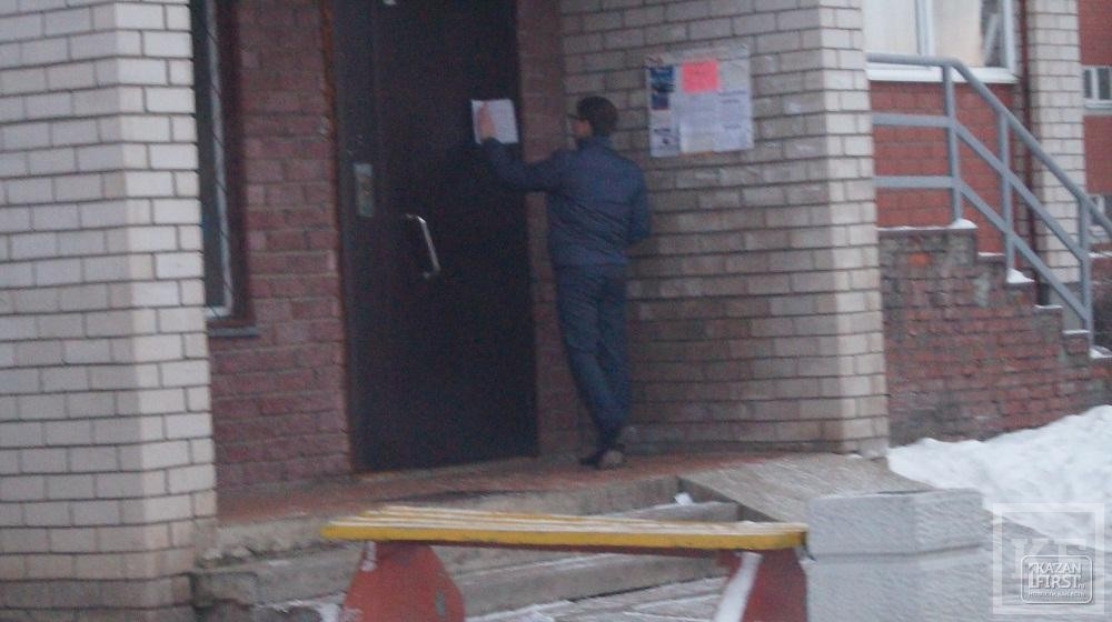 В Челнах неизвестные вешают на дома августовские объявления для «доказательств» в судебном споре исполкома против УК