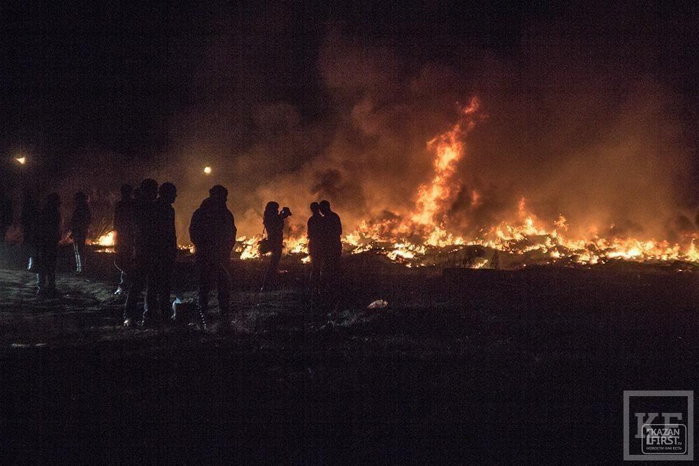 В Елабуге на Пасху сожгли гору автомобильных покрышек