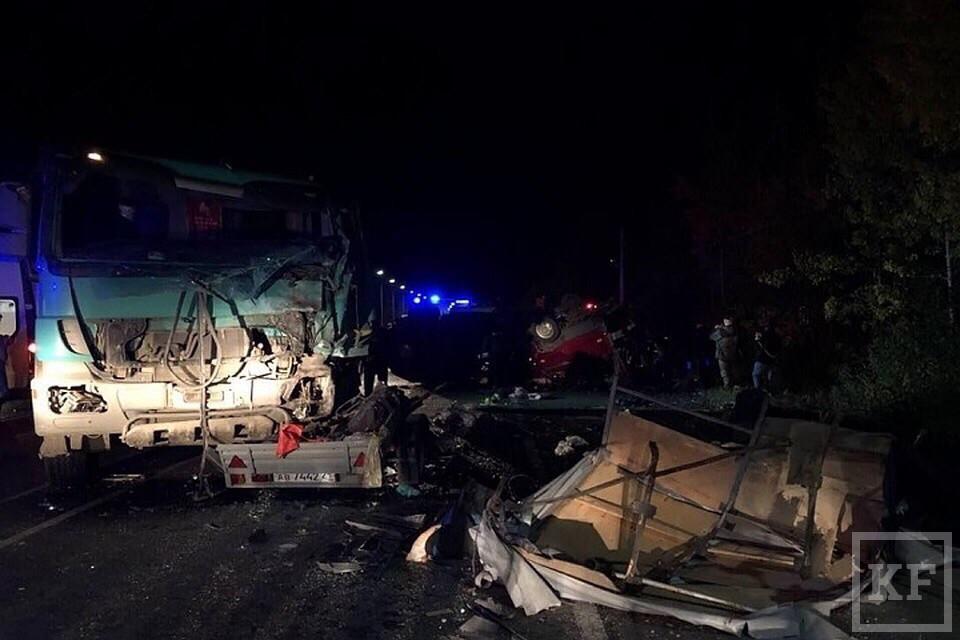 В Чувашии микроавтобус столкнулся с самосвалом, погибли более десяти человек