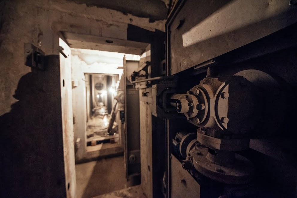 Затащили пьяную в подвал #13