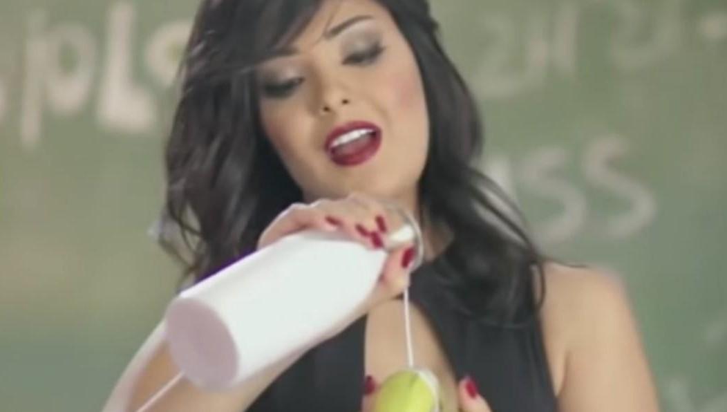 Египетская эстрадная певица  получила срок заразвратный клип сбананом