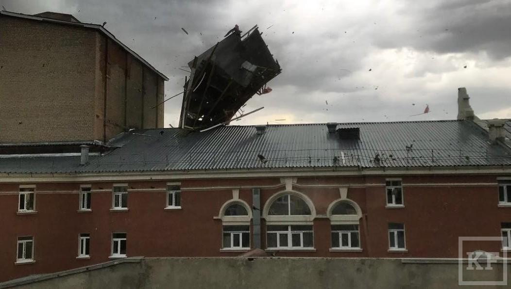 ВКазани навидео циклон сносит людей идеревья