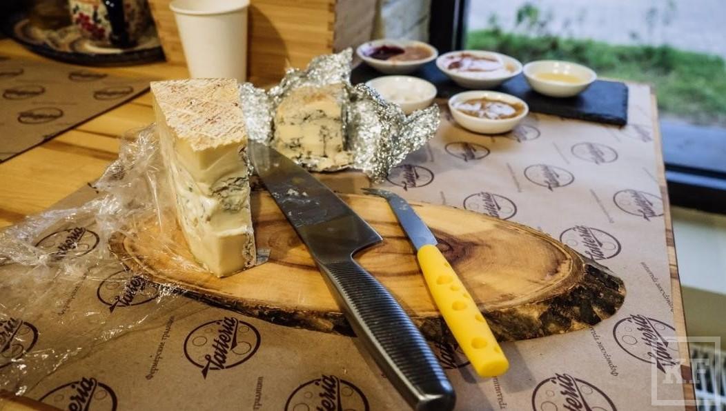 Сеть магазинов «Ашан» подозревают впродаже санкционного сыра